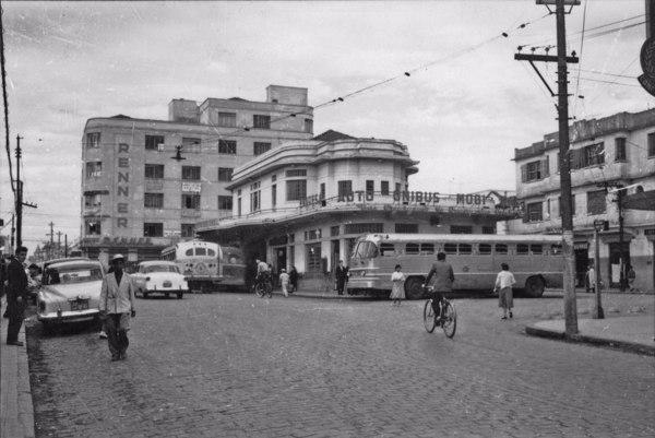 Cidade Mogi das Cruzes : Praça Firmino Santana, vendo-se a empresa de Auto-Ônibus (SP) - 1958