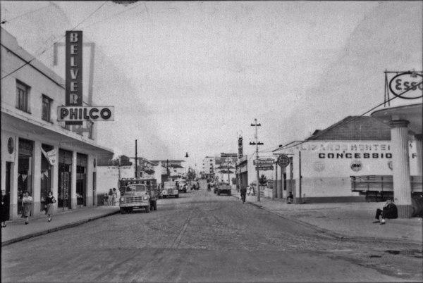 Mogi das Cruzes : Av. Voluntário Fernando Pinheiro Franco. Nela se localizam bombas de gasolina e representações comerciais. A avenida é larga e asfaltada (SP) - 1958
