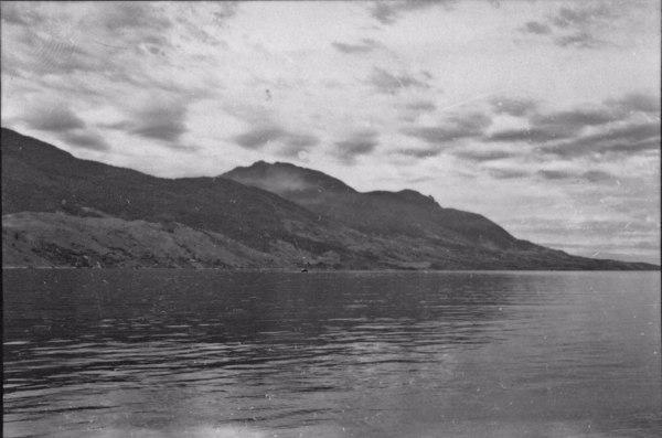 Aspecto do relevo montanhoso da Ilha de São Sebastião, vendo-se o canal : Município de São Sebastião (SP) - 1958