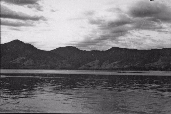Aspecto do relevo da ilha, vendo-se os baixos níveis : Município de São Sebastião (SP) - 1958