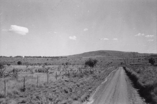 Município de Araçoiaba da Serra. Pequena escarpa acima da superfície em Varnhagem (SP) - 1958