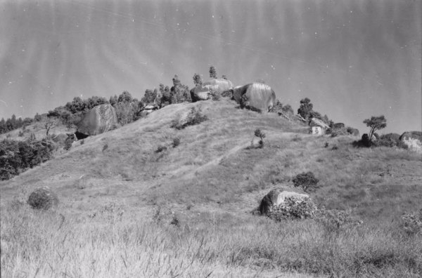 Município de Sorocaba : blocos arredondados, meteorilizados (bolders), a 8 Km antes de Sorocaba (SP) - 1958