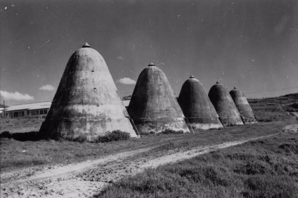Altos-fornos de carvão da fábrica de ferro Ipanema : Município de Araçoiaba da Serra - 1958
