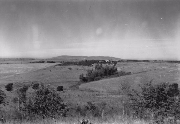 Município de Boituva : aspecto da superfície, vê-se a serra de Araçoiaba. À direita, a cidade, em pequenos trechos o eucaliptal (SP) - 1958