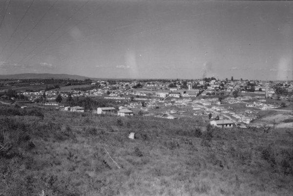 Vista da cidade de Tatuí, tirada da rodovia. A cidade está situada numa encosta (SP) - 1958