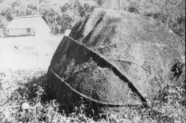 Município de Registro : bloco de granito, vendo-se a saliência de dois veios, em uma das faces aparece pequena calha (SP) - 1958