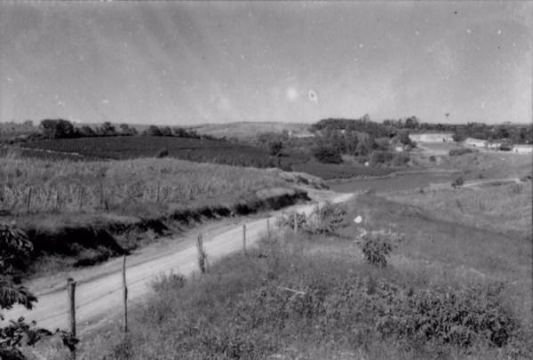 Sede da Fazenda Sete Quedas, com café, cana, mate, etc : curral ao centro da fotografia (SP) - 1958