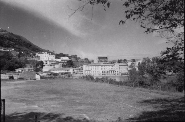 Grande Hotel do Lago, com vários outros hotéis suntuosos : Município de Lindoia (SP) - 1958