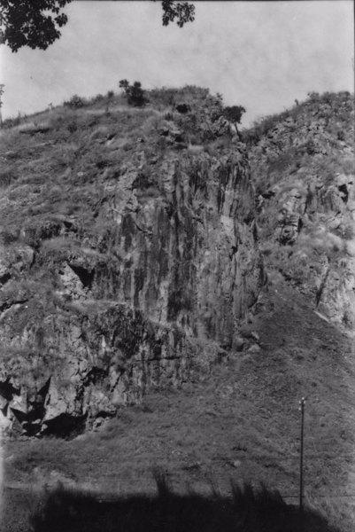 Garganta epidêncica em quartzito a 850 ms no Rio Prata, com diaclases no paredão : Município de Águas da Prata (SP) - 1958