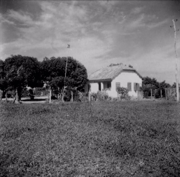 Casa estilo hungaro, contruída na antiga colônia hungara : Município de Caiuá (SP) - 1960
