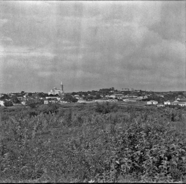 Vista da cidade de Cafelândia; ao centro, a Igreja de Santa Isabel : panorâmica (SP) - 1960