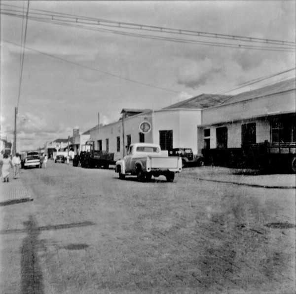 Rua Bento da Cruz, notando-se as representações da Shell, Ford e Internacional : Município de Birigui (SP) - 1960