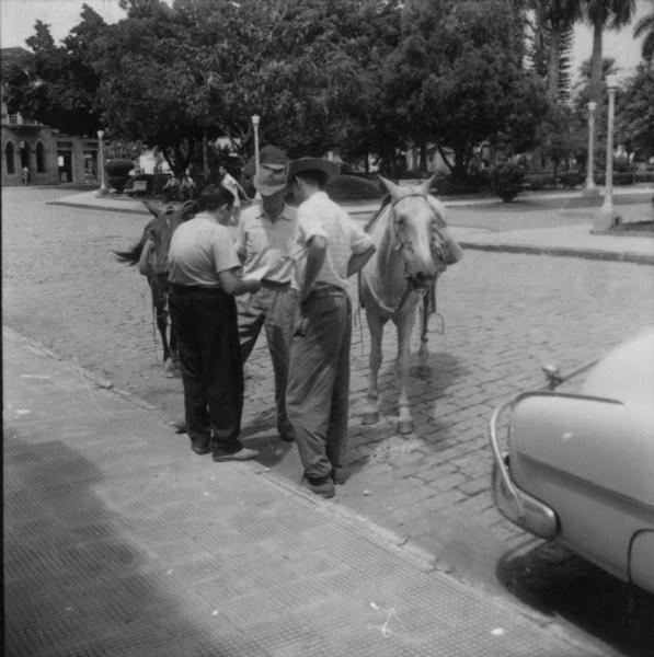 Dois agricultores chegando à Prefeitura : Município de Paraíso (SP) - 1960