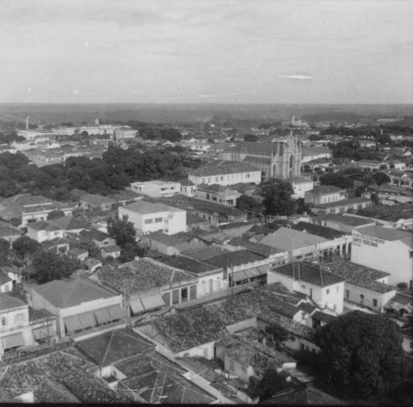 Igreja e Santa Casa ao fundo : Município de Araraquara (SP) - 1960
