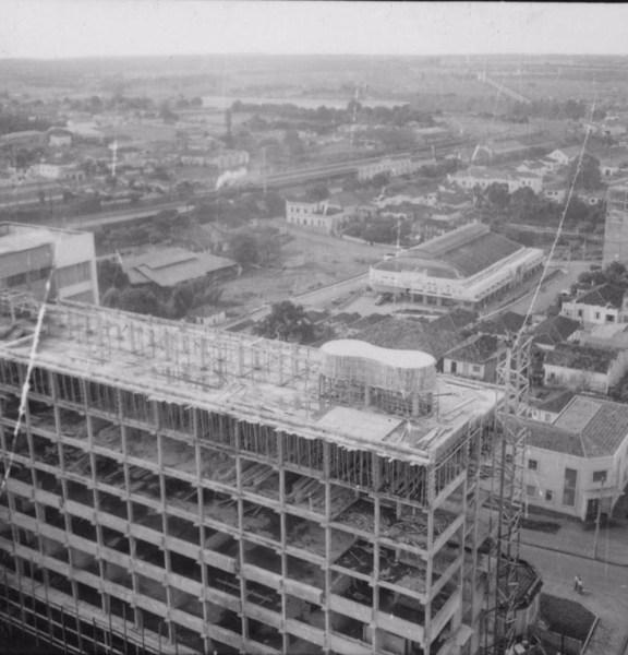Vista da estação de Araraquara, vendo-se ainda o mercado e um edifício em construção (SP) - 1960