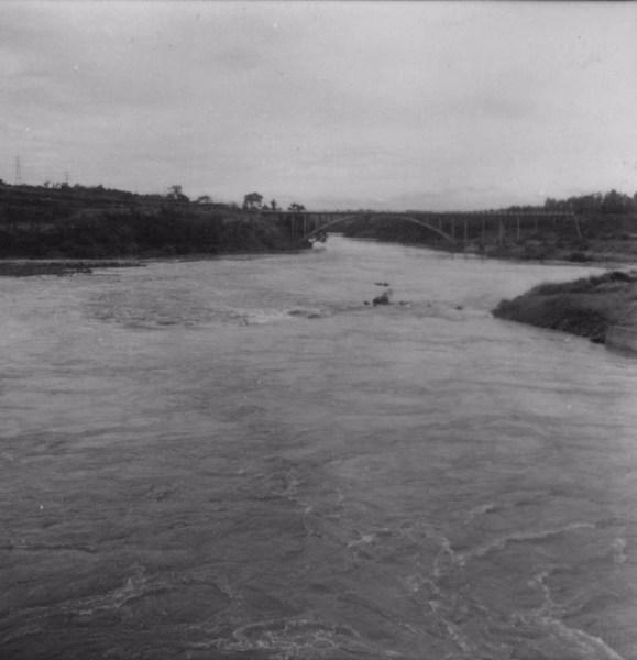 Saída das águas da represa, depois de passar pelas comportas : Salto Grande (SP) - 1960