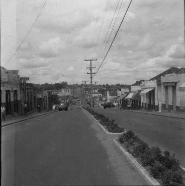 Aspecto de uma rua comercial (Av. Pedro II) em Rancharia (SP) - 1960
