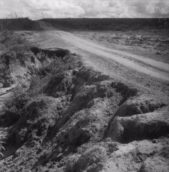 Estrada ameaçada pela erosão : Município de Rancharia (SP) - 1960