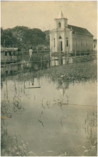 Enchente : Praça Nossa Senhora do Bom Socorro : [Igreja] Matriz de Nossa Senhora do Bom Socorro : Barreirinha (AM) - 1953