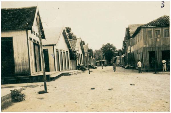 Avenida 15 de Novembro : [vista parcial da cidade] : Boca do Acre, AM - [19--]