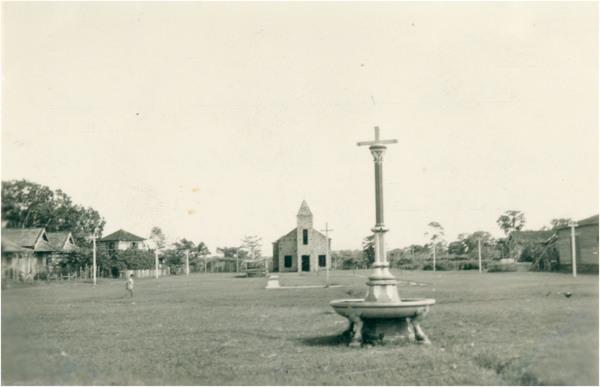Praça : chafariz : [vista panorâmica da cidade : Igreja de Nossa Senhora do Perpétuo Socorro] : Careiro (AM) - 1956