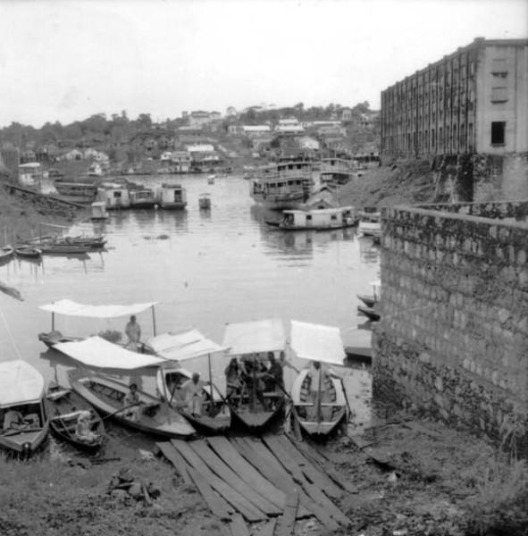 Barcos que atravessam igarapés em Manaus (AM) - 1958