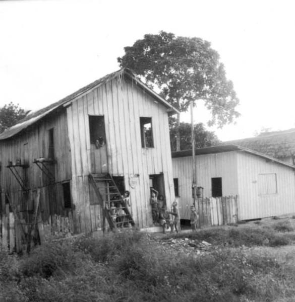 Casa de madeira, construção típica da região em Manaus (AM) - 1958