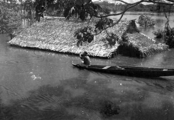 Casa da farinha alagada em Iranduba (AM) - 1953