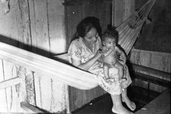 Interior de uma casa inundada em Iranduba (AM) - 1953