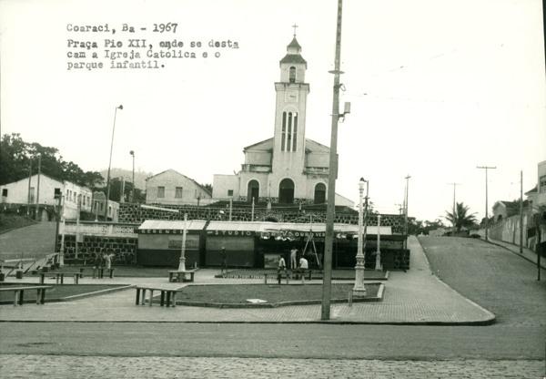 Praça Pio XII : parque infantil : Paróquia Nossa Senhora de Lourdes : Coaraci, BA - 1967