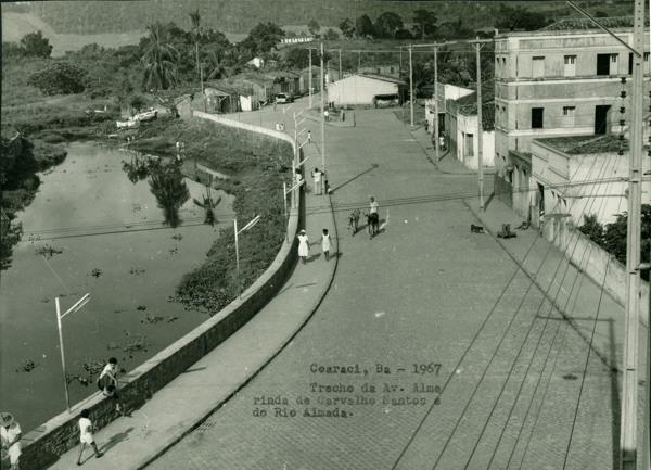 Avenida Almerinda de Carvalho Santos : Rio Almada : Coaraci, BA - 1967