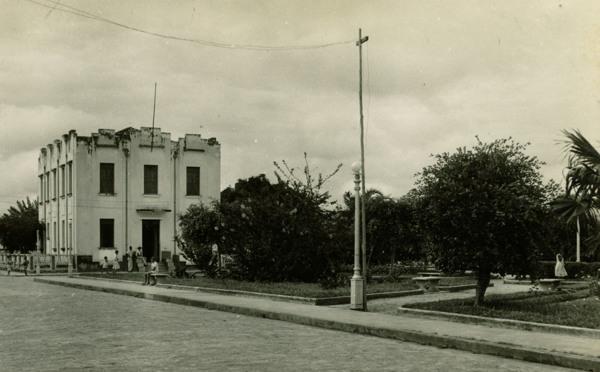 Praça Doutor Edgar Tupinambá : Prefeitura Municipal : Conceição do Almeida, BA - 1957