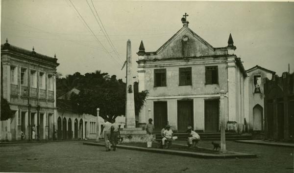 Praça Matriz : obelisco : Igreja Nossa Senhora da Conceição : Laje, BA - 1957