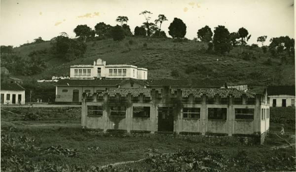 Mercado municipal : Grupo Escolar M. Teixeira de Freitas : Laje, BA - 1957