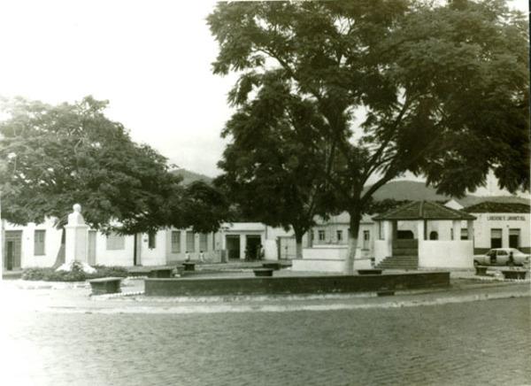 Praça da Bandeira : Macarani, BA - [19--]