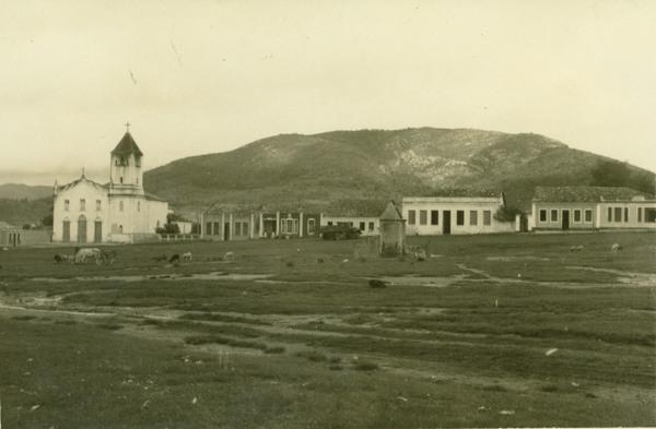 Praça Doutor José Gonçalves : igreja : Jaguarari, BA - 1957
