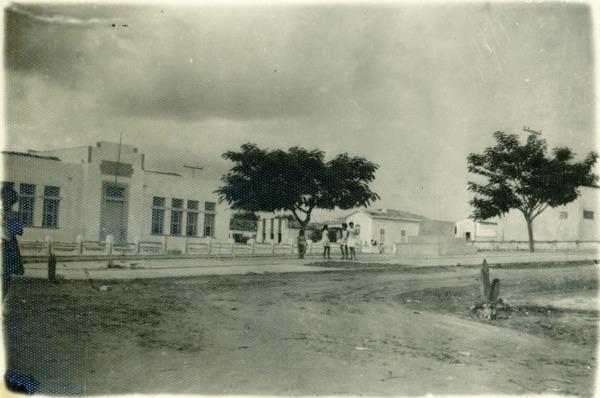 Escola Dom Pedro I : Praça da Bandeira : Nova Soure, BA - [19--]