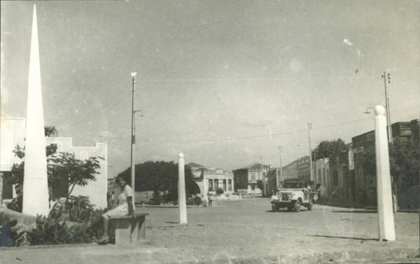 Praça Lauro de Freitas : obelisco : Remanso, BA - [19--]
