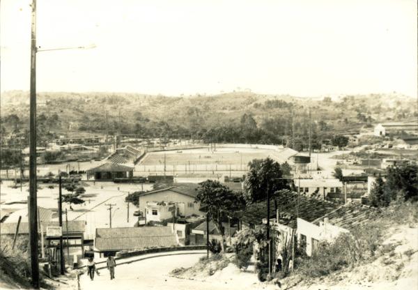 Vista panorâmica da cidade : Estádio Municipal Reitor Edgar Santos : Simões Filho, BA - [19--]
