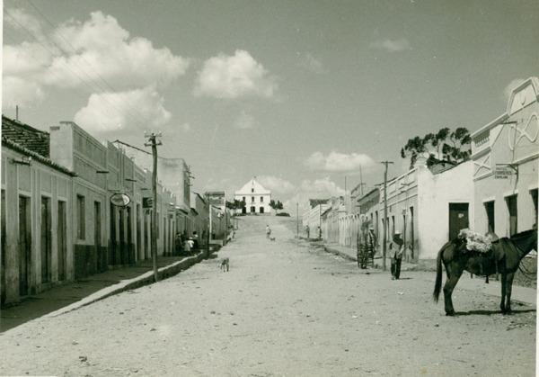 Vista parcial da cidade : Igreja Matriz São Sebastião : Apuiarés, CE - [19--]