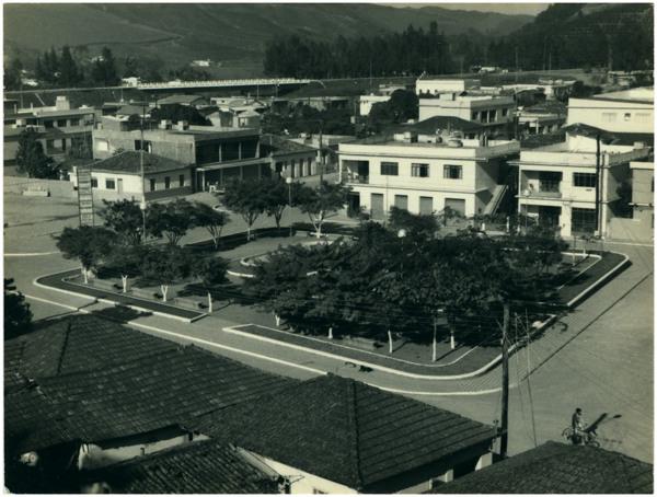 Praça Getúlio Vargas : vista panorâmica da cidade : Ibatiba, ES - [19--]