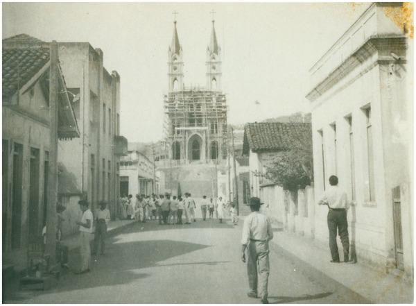 Rua Cel. Antonio M. Barbosa : Igreja Matriz de Nossa Senhora Medianeira : Itaguaçu, ES - [19--]