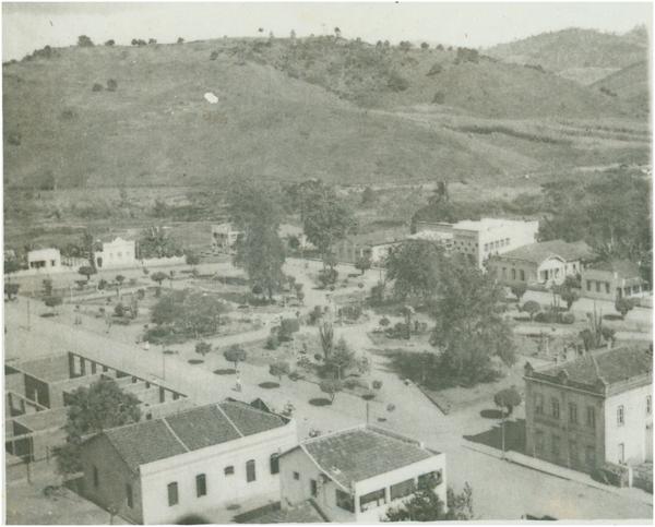 Vista panorâmica da cidade : Praça Getúlio Vargas : Itaguaçu, ES - [19--]
