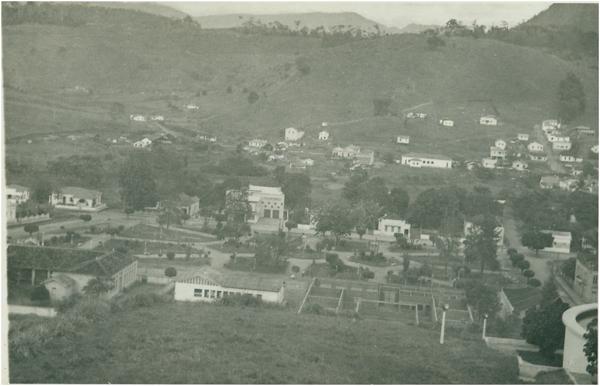 Vista panorâmica da cidade: Praça Getúlio Vargas : Itaguaçu, ES - [19--]