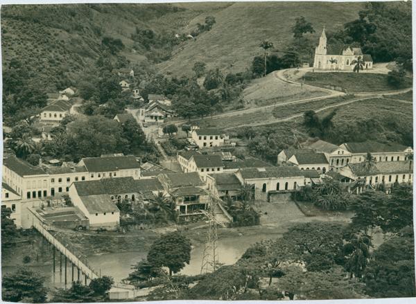 Vista panorâmica da cidade : Rio Santa Maria : Igreja Matriz Sagrada Família : Santa Leopoldina, ES - [19--]
