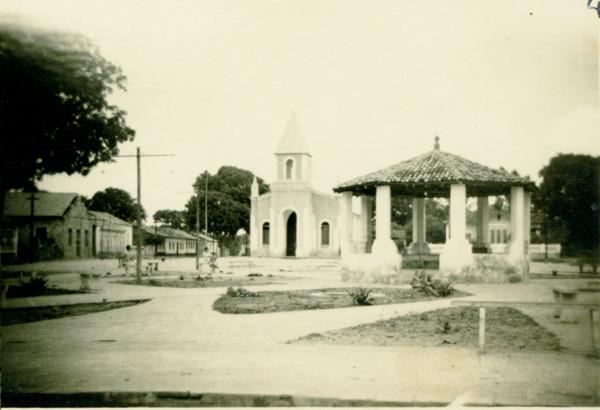 Praça da matriz : Igreja Matriz de Nossa Senhora da Conceição : Barreirinhas, MA - [19--]