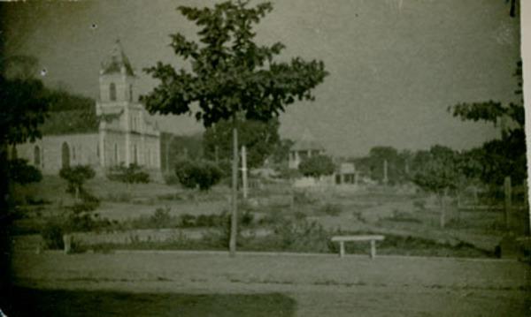 Praça Felinto Farias : Igreja Matriz de Nossa Senhora Sant'Ana : Buriti, MA - [19--]