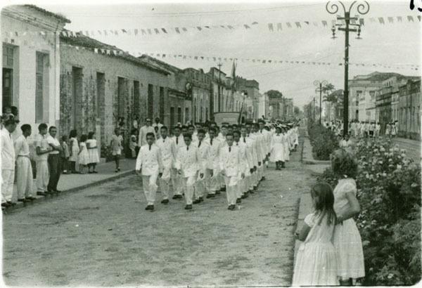 Desfile de alunos : Avenida Senador Vitorino Freire : Pinheiro, MA - 1956