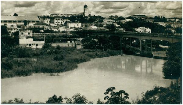 Rio Itapecerica : Viaduto Benedito Valadares : [vista panorâmica da cidade] : Divinópolis, MG - [19--]