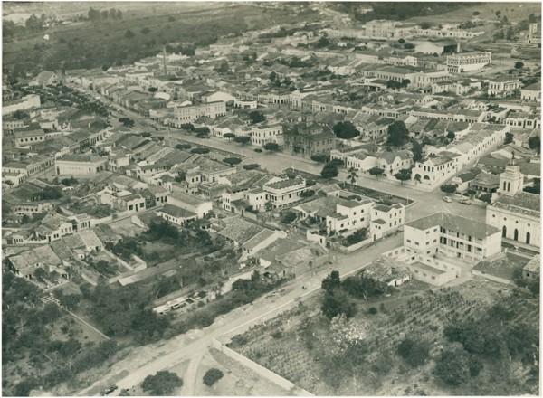 Vista [aérea] da cidade : [Avenida Santo Antônio] : Palácio Municipal Celso Galvão : Garanhuns, PE - [19--]